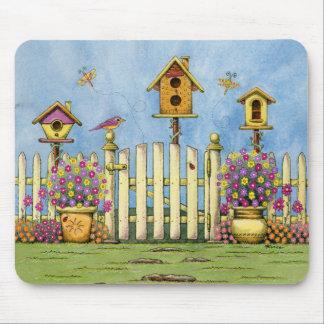 Três Birdhouses em um jardim Mouse Pad