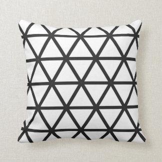 Triângulos coloridos no branco com preto travesseiros de decoração