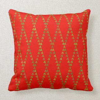 Triângulos verdes no travesseiro vermelho almofada