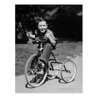 Triciclo da equitação do menino cartão postal