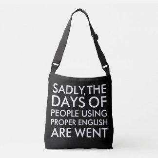 Triste pessoas que usam a soletração inglesa bolsas carteiro