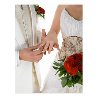 Trocando as alianças de casamento cartão postal