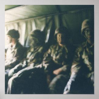 tropas militares do capacete do soldado do impress poster