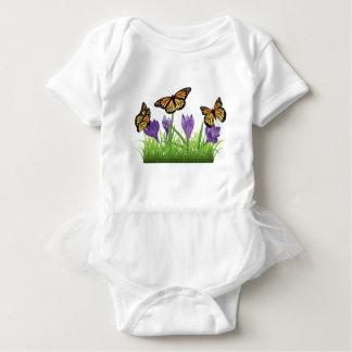 Tshirt Açafrão na grama com borboleta 2