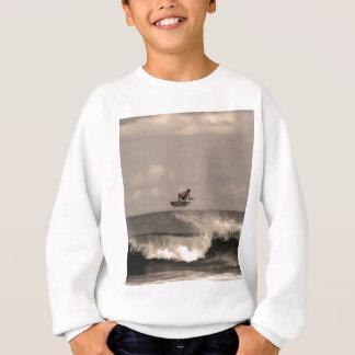 Tshirt Ar enorme do surfista ao surfar uma ruptura da