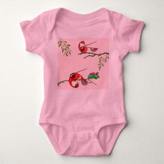 Tshirt infantil do bebê com os pássaros vermelhos