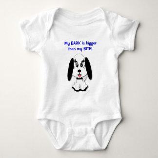 Tshirt preto e branco bonito engraçado do cão das