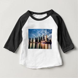 Tshirt Skyline do crepúsculo de Singapore