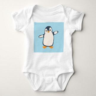 Tshirts Bebê do abraço do pinguim