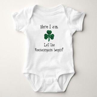 Tshirts O Dia de São Patrício do bebê deixou os