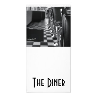Um cartão 4x8 em preto e branco com um comensal ve cartão com foto