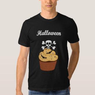 Um crânio e bastões do Dia das Bruxas T-shirt