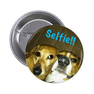 Um dachshund e um lebreiro que tomam um selfie bóton redondo 5.08cm
