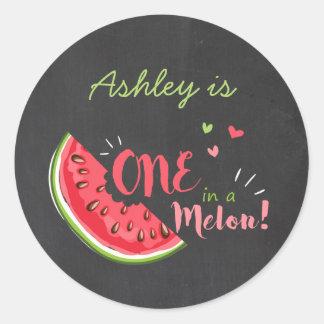 Um em uma melancia do melão etiqueta a etiqueta do