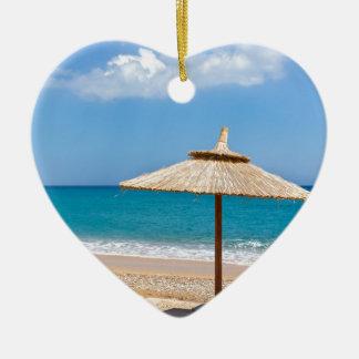 Um guarda-chuva de praia e os sunloungers ornamento de cerâmica coração