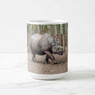 Um rinoceronte horned caneca de café