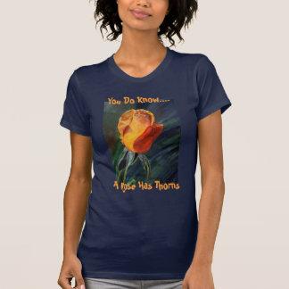 Um rosa tem os espinhos camiseta