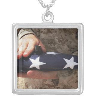 Um soldado guardara a bandeira dos Estados Unidos Colar