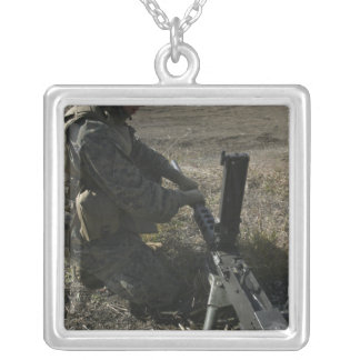 Um soldado muda o tambor de um M2 50 Colar Com Pendente Quadrado