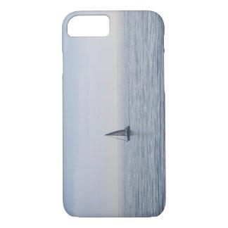 Um veleiro em um mar calmo capa iPhone 8/7