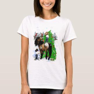 Uma camisa do Natal do cavalo e do miúdo