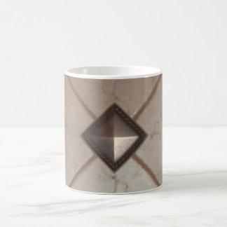 Uma caneca decorativa e um copo de café original