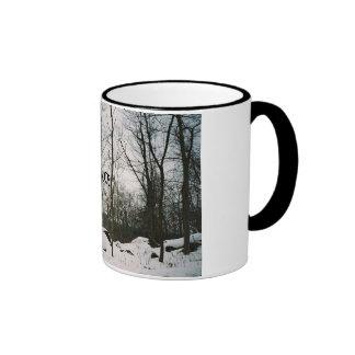 Uma cena preto e branco calma do inverno canecas