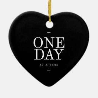 Uma citação inspirador do estudante de dia preto e ornamento de cerâmica coração