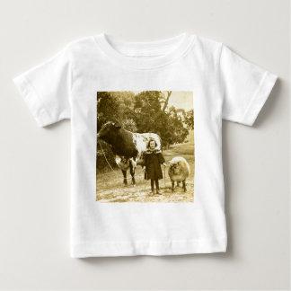 Uma criança pequena conduzi-los-á tshirt