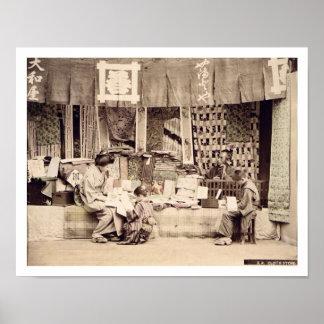 Uma loja japonesa de pano, c.1890 (phot colorido m posters