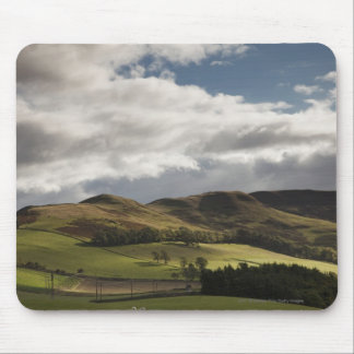 Uma paisagem com a Rolling Hills e as nuvens aérea Mouse Pad
