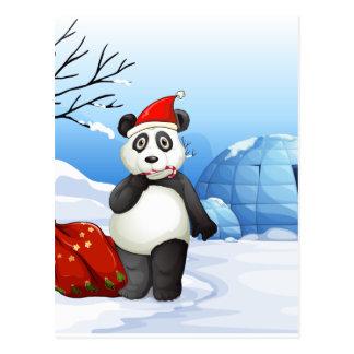 Uma panda com um saco vermelho cartão postal