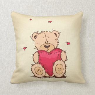 Urso bonito que guardara um coração travesseiro