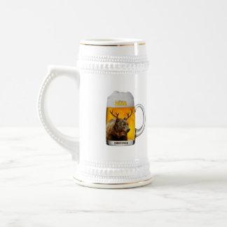 Urso com o engraçado legal do proprietário do bar caneca de cerveja