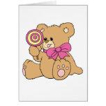 Urso de ursinho bonito do bebê com pirulito cartão