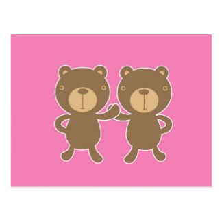 Urso de ursinho no fundo cor-de-rosa liso cartão postal
