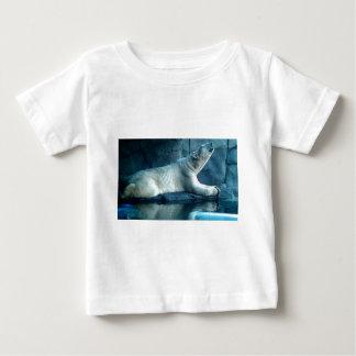 Urso polar no Tshirt da criança da oração