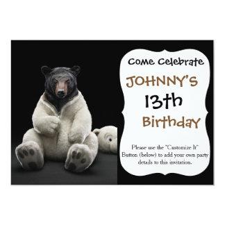 Urso preto que veste o traje do urso polar convite 12.7 x 17.78cm