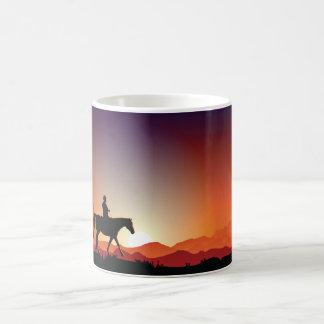 Vaqueiro que monta uma caneca do cavalo