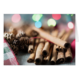 Varas de canela no ajuste festivo cartão