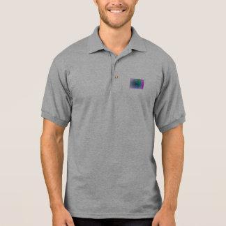 Verde translúcido no fundo da lavanda camiseta polo