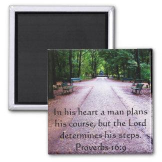 Verso inspirado da bíblia do 16:9 dos provérbio ímã quadrado