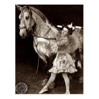 Vintage uma menina e um cavalo do circo cartão postal
