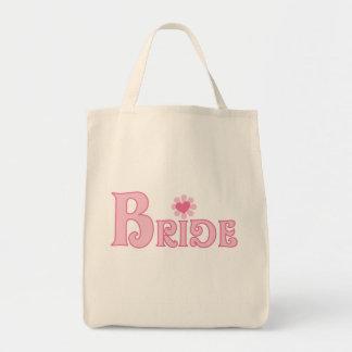 Vista acima o camiseta e os presentes da noiva bolsas para compras
