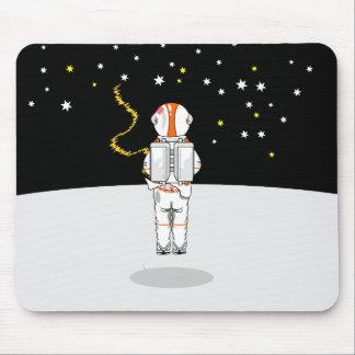 Weeing curto travado astronauta no espaço mouse pad