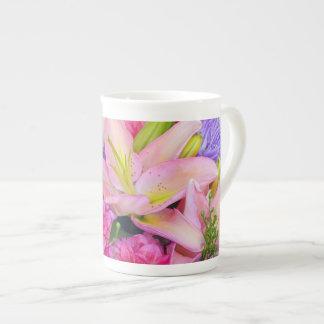 Xícara De Chá A porcelana de osso floral cor-de-rosa do lírio e
