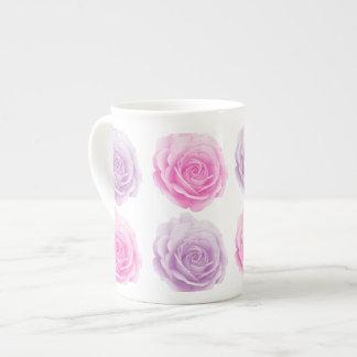 Xícara De Chá Rosa e teste padrão floral roxo