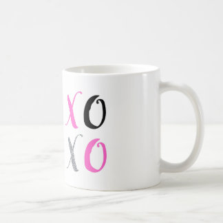 XOXO abraça e beija a caneca de café